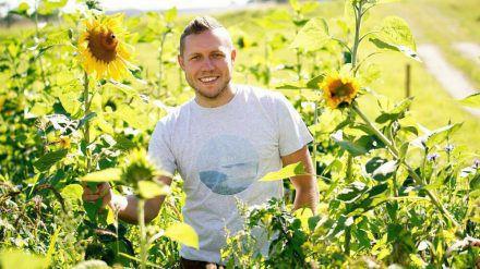 Rinderzüchter Patrick hat Sonnenblumen an seine Auserwählten verteilt. (jom/spot)