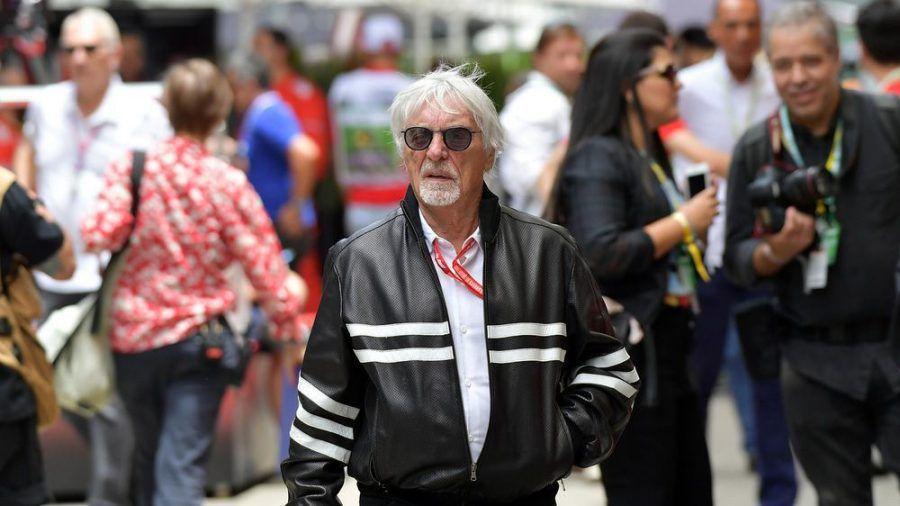 Wenn Bernie Ecclestone durch die Formel-1-Boxengasse schreitet, sind alle Blicke auf ihn gerichtet (ln/spot)