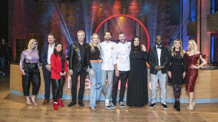 """Alle Kandidaten der diesjährigen Staffel """"MasterChef Celebrity"""" fiebern im Finale mit. (jom/spot)"""