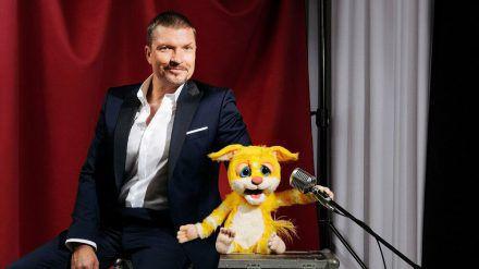 """Hard Krüger jr. mit seiner Profisänger-Puppe in """"Pretty in Plüsch"""" (dr/spot)"""