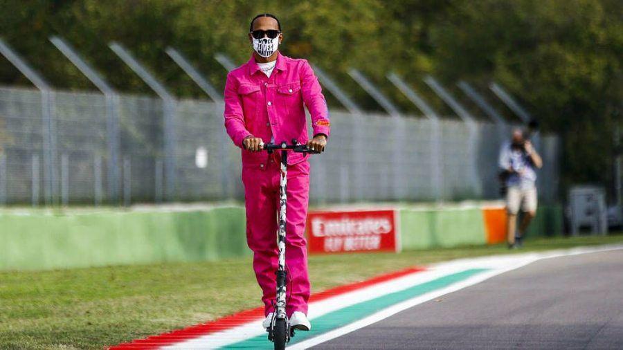 Lewis Hamilton beweist Mut zur Farbe. (cos/spot)