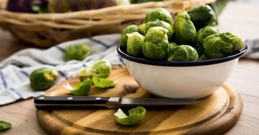 Wer die einzelnen Blätter von den Rosenkohl-Köpfchen ablöst und in der Pfanne schwenkt, hat mehr vom nussigen und bitter-süßen Geschmack des Wintergemüses.