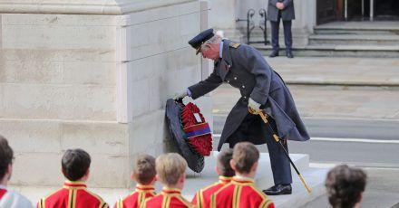 Charles, Prinz von Wales, legt am Kriegsdenkmal Cenotaph von Whitehall einen Mohnblumen-Kranz nieder.