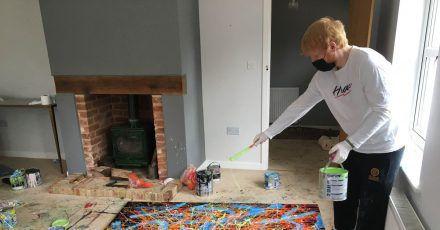 Auf den Spuren von Jackson Pollock:Ed Sheeran bei der Arbeit an einem seiner Gemälde.
