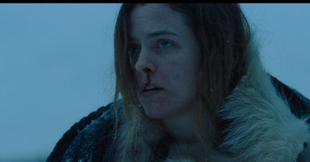 "Riley Keough als Grace in einer Szene aus ""The Lodge""."