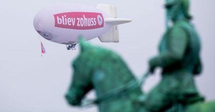 Ein Zeppelin mit der Aufschrift «bliev zohuss» (Bleib zu Hause) der Roten Funken hinter dem Reiterdenkmal in Köln.