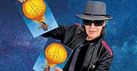Udo Lindenberg hält Exemplare der Weihnachtskarte in den Händen, die der Sänger und Künstler dieses Jahr für Unicef entworfen hat.