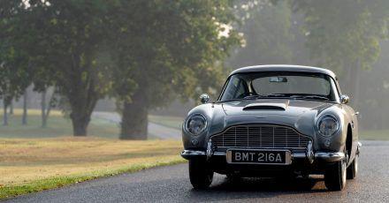 Bösewicht im Blick? Auch die Neuauflage vom Aston Martin DB5 hat bei Bedarf so manche Finesse auf Lager.