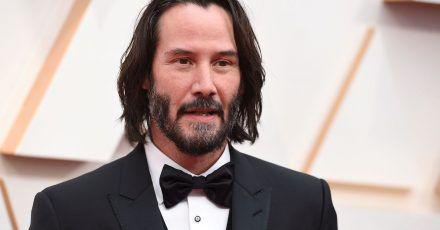 Mehrere hundert Leute feiern im Filmstudio in Corona-Zeiten eine Party - laut Darstellung des Studios Babelsberg war das Teil eines Drehs für den Film «Matrix» mit Keanu Reeves.
