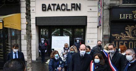 Der französische Premierminister Jean Castex (4.v.r) und die Pariser Bürgermeisterin Anne Hidalgo (3.v.r) nehmen an einer Kranzniederlegungszeremonie anlässlich des 5. Jahrestages der Anschläge vom 13. November 2015 vor der Konzerthalle Bataclan teil.