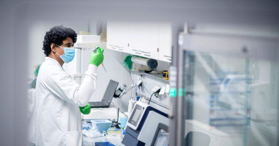 Ein Mitarbeiter des Biotechnologie-Unternehmens Biontech arbeitet in einem Labor in Mainz.