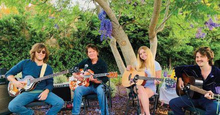 Mit Musik wird vieles besser:John Fogerty und seine Kids.