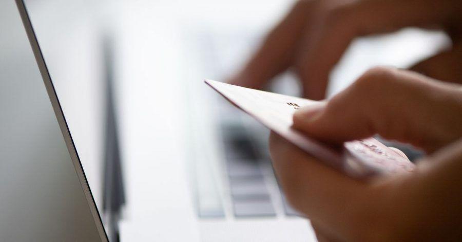 In der Corona-Krise kaufen Verbraucher in Deutschland öfter online ein. Das ergab eine Umfrage des Digitalverbandes Bitkom.