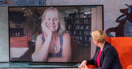 Cornelia Funke im Gespräch mit Familienministerin Franziska Giffey bei der Verleihung des Deutschen Jugendliteraturpreises.