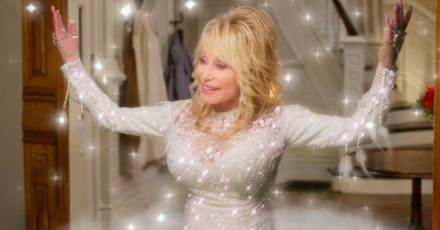 Country-Legende Dolly Parton als Engel in einer Szene des Films «Dolly Parton's Christmas on the Square» (undatierte Filmszene).