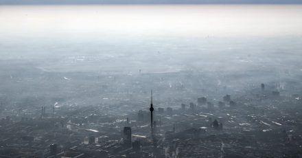 Unter einer Dunstglocke liegt der Berliner Fernsehturm am Alexanderplatz.