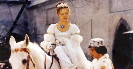 Der Prinz (Pavel Travnicek) passt Aschenbrödel (Libuse Safrankova) den verlorenen Schuh an.