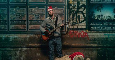 Basti (Luke Mockridge) ist ein erfolgloser Musiker.