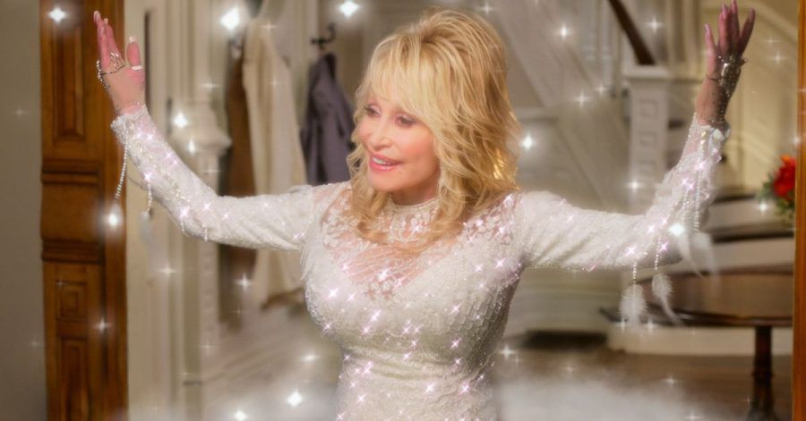 Sie ist ein Engel: Country-Legende Dolly Parton in einer Szene des Films «Dolly Parton's Christmas on the Square».