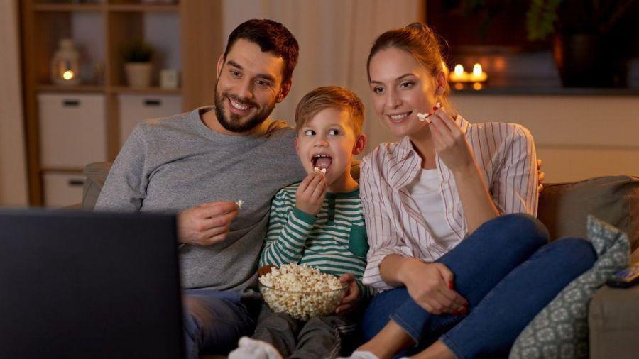 Eine junge Familie bei der abendlichen Unterhaltung vor dem TV (wue/spot)