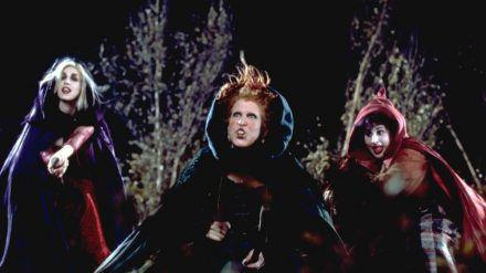 "Sarah Jessica Parker (l.), Bette Midler und Kathy Najimy in ""Hocus Pocus"". (ncz/spot)"