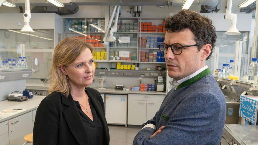 """""""Die Chefin - Gesundes Bayern"""": Vera Lanz (Katharina Böhm) und Moritz Haber (Manuel Rubey) führen eine wichtige Unterhaltung (cg/spot)"""