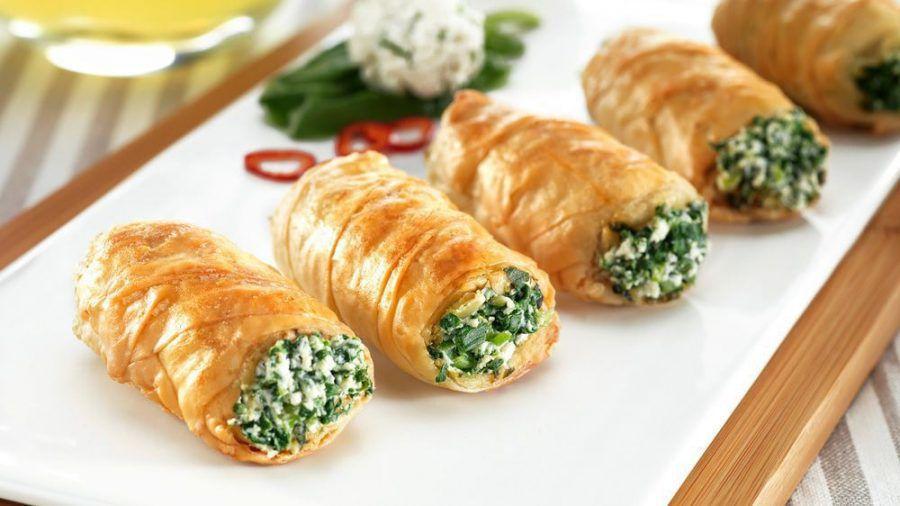 Eine Strudelrolle mit Spinat, Feta und Pinienkernen ist das perfekte Gericht für herbstliche Abende. (spot)