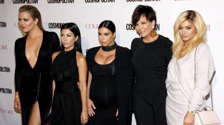 Kris Jenner (2.v.r.) ist stolze sechsfache Mutter. (jom/spot)