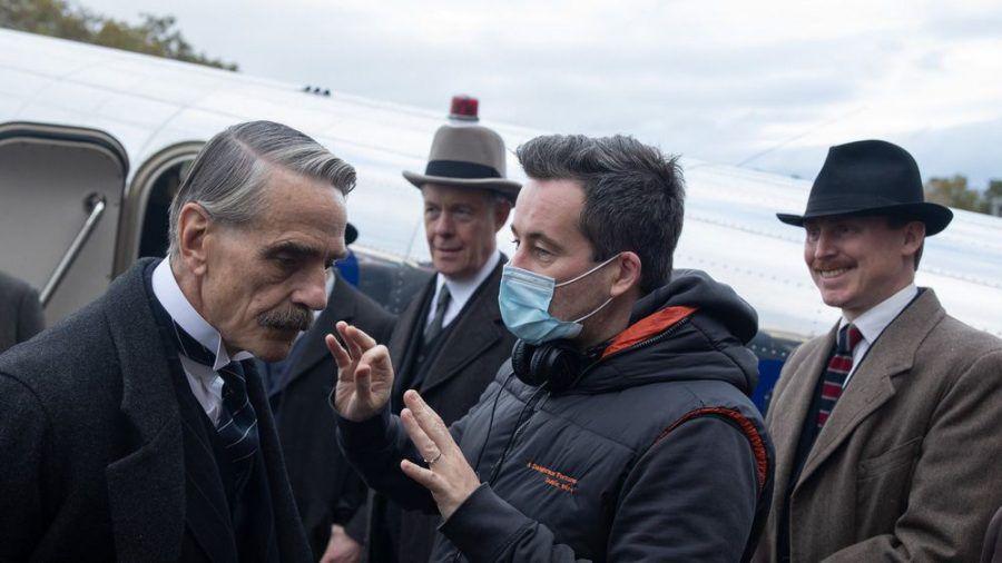 """Christian Schwochow (mit Maske) führt bei der Verfilmung von """"Munich"""" Regie, eine der Hauptrollen spielt Jeremy Irons (l.). (cam/spot)"""