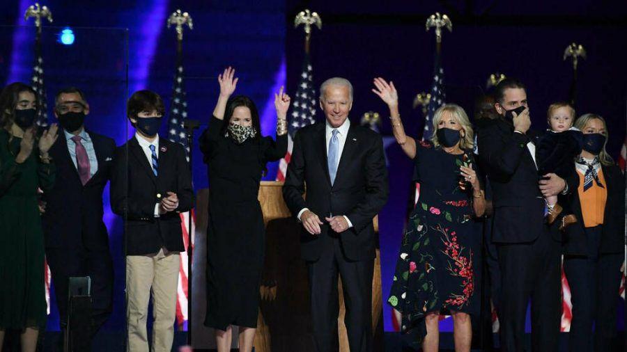 """Der """"President-elect"""" Joe Biden (Mitte) wurde von seiner Frau Jill (r.),  Tochter Ashley (l.) und vielen anderen Familienmitgliedern am 7. November in Wilmington, Delaware, gefeiert. (ili/spot)"""