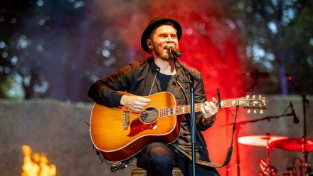 Johannes Oerding bei einem Auftritt in Hamburg (hub/spot)