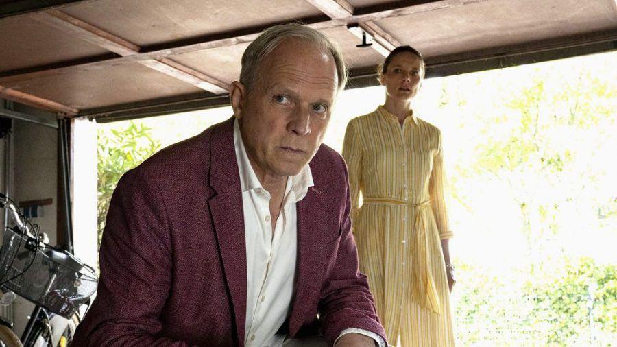 """Tatort: Die Ferien des Monsieur Murot"": Murot (Ulrich Tukur) und Monika Boenfeld (Anne Ratte-Polle) (cg/spot)"