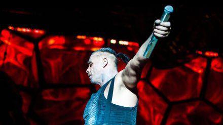 Till Lindemann auf der Bühne. (mia/spot)
