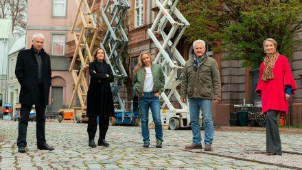 "Drehstart zum ""Tatort: Kehraus"": Monika Gruber (v.r.), Miroslav Nemec, Nina Proll, Regisseurin Christine Hartmann und Udo Wachtveitl. (ili/spot)"
