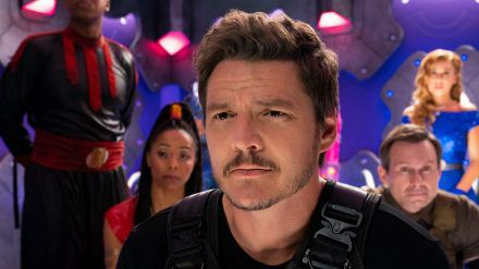 "Pedro Pascal (Mitte) sieht in ""We Can Be Heroes"" der Gefahr als Superheld ins Auge. (stk/spot)"