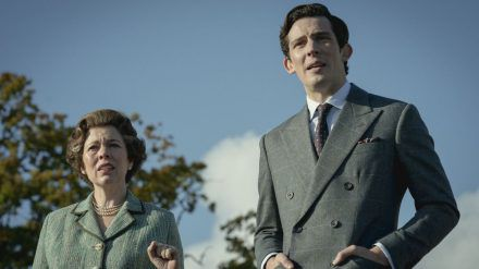 "Olivia Colman als Queen und Josh O'Connor als Prinz Charles in ""The Crown"". (hub/spot)"