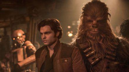 Ziemlich beste Weltraum-Freunde: Han Solo (Alden Ehrenreich, l.) und sein Co-Pilot Chewbacca (Joonas Suotamo) (stk/spot)
