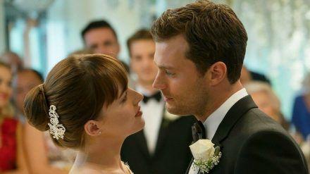 """Ana (Dakota Johnson) und Christian (Jamie Dornan) geben sich in """"Fifty Shades of Grey - Befreite Lust"""" das Jawort. (cam/spot)"""