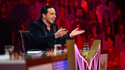 """Bülent Ceylan sitzt in der aktuellen Staffel von """"The Masked Singer"""" im Rateteam. (jru/spot)"""
