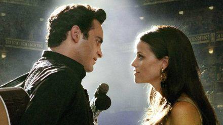 """""""Walk the Line"""": Johnny Cash (Joaquin Phoenix) macht June Carter (Reese Witherspoon) einen Hochzeitsantrag - diesmal auf der Bühne. (ili/spot)"""