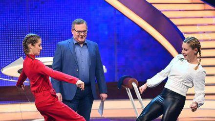 """Stefanie Hertel (r.) gewinnt bei """"Schlag den Star"""" gegen Cathy Hummels. In der Mitte: Moderator Elton. (dr/spot)"""