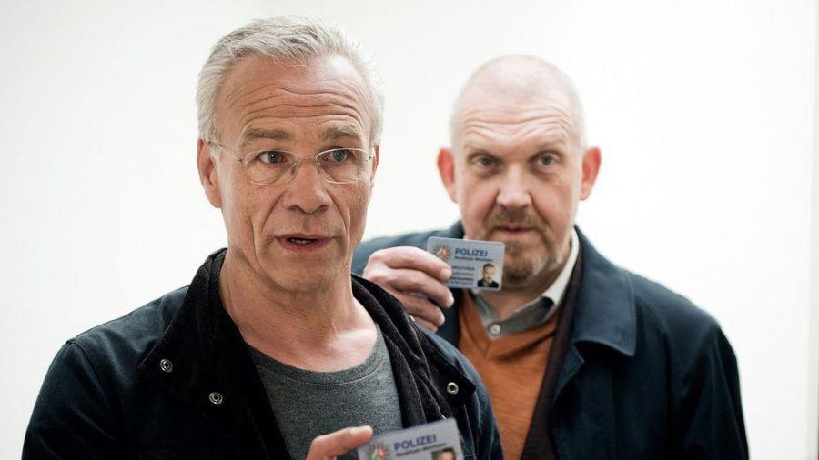 """Szene aus dem """"Tatort: Bausünden"""": Die Kommissare Max Ballauf (Klaus J. Behrendt, l.) und Freddy Schenk (Dietmar Bär) weisen sich aus (ln/spot)"""