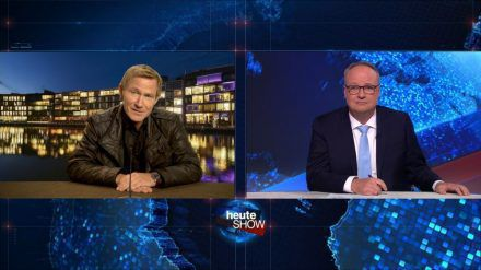 """Wilsberg - Alles Lüge"": Overbeck (Roland Jankowsky, l.) zu Gast bei Oliver Welke in der ""heute show"". (ili/spot)"