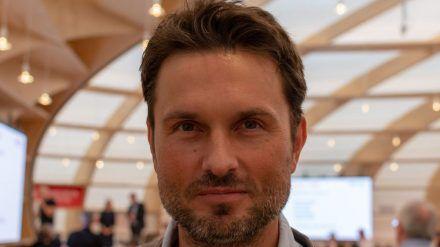 Filmregisseur Simon Verhoeven hat sich mit Corona angesteckt. (ili/spot)