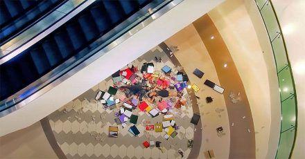 Hier liegen Jason Derulo und Nuka in der Shoppingmall
