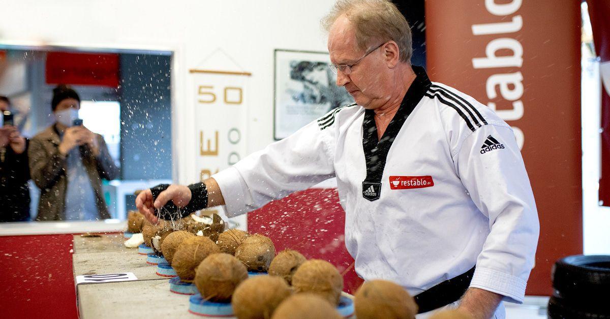 Weltrekord: 130 Kokosnüsse von 61-Jährigem in 1 Minute zerdroschen