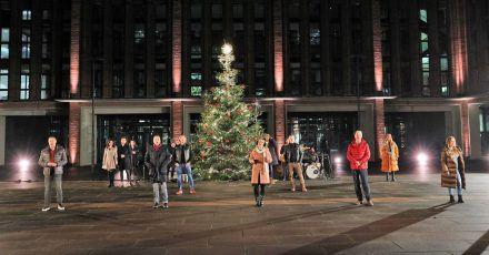 Hier ist das große Promi-Weihnachtssingen. Für die, die's verpasst haben!