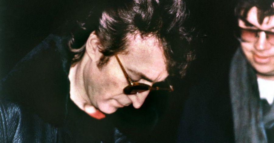 John Lennon am 7. Dezember 1980: Einen Tag bevor er von David Chapman (r) erschossen wurde, gab Lennon diesem ein Autogramm.