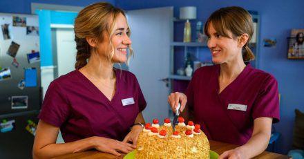 Die Krankenschwestern Betty Weiss (Annina Hellenthal, l) und Rike Köhler (Isabell Horn, r) in einer Szene aus «Bettys Diagnose».