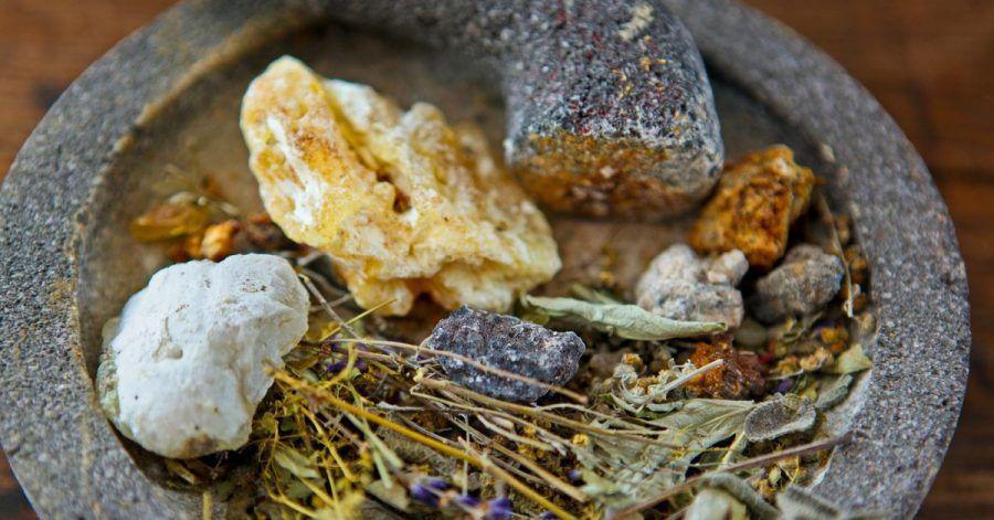 Zum Räuchern eignet sich beispielsweise Weihrauch oder Myrrhe. Aber auch Wacholder Beifuß oder Salbei kann man verwenden.